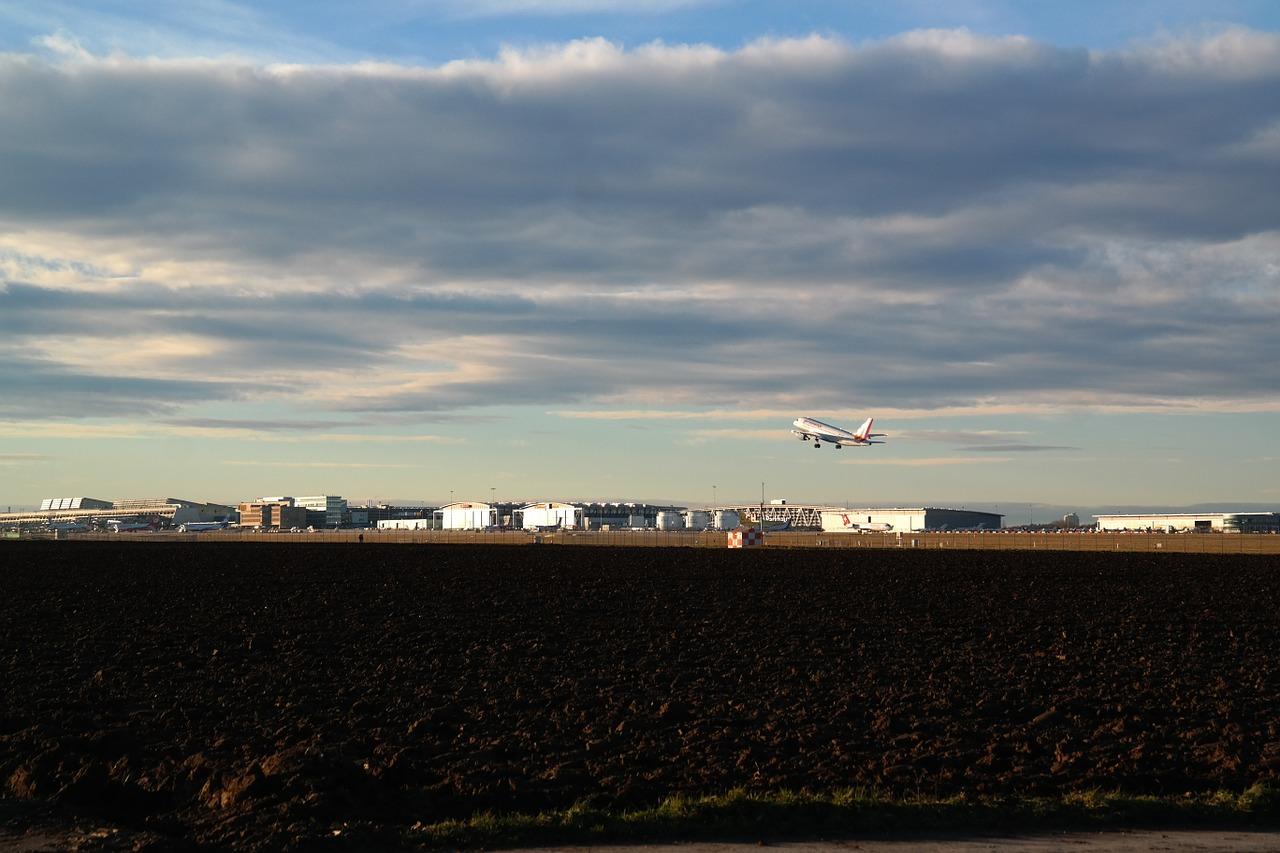 airport-236823_1280